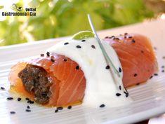 Rollitos de salmón rellenos de duxelles, con un toque de queso fresco y wasabi,