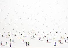Stephanie Ho, nos muestras en sus obras multitudes o grupos pequeños de personas, colocados con milimétrica perfección sobre fondos planos. Una auténtica belleza.