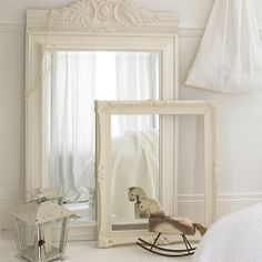 Vintage frames and old toys for an easy shabby chic kids bedroom