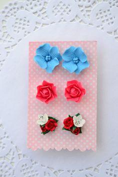 Pendientes flor set. Postes de rosas de color rosa rojo.