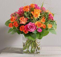 Fashion: Bouquet rond pétillant de roses, orangé et fuchsia, moyens boutons et branchues.