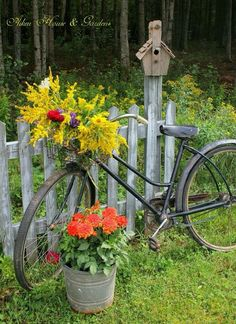 Charming Bicycle Planter Ideas For Your Backyard You'll Love - Garden Decor Bike Planter, Pot Jardin, Old Bicycle, Love Garden, Flowers Garden, Home And Garden, Gate Design, Garden Gates, Garden Planters