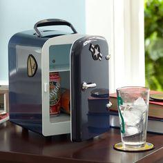 Little fridge for your desktop. - http://noveltystreet.com/item/9679/