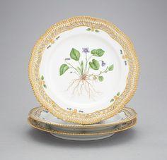 Set de 3 pratos em porcelana Royal Copenhagen pintados a mao, 24cm de diametro, 3,580 USD / 3,200 EUROS / 13,810 REAIS / 23,520 CHINESE YUAN soulcariocantiques.tictail.com