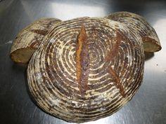 KBrot Brot Manufaktur KBrot Brot Manufaktur - Hier legt der Bäcker noch selber Hand an - mit Ausnahme des Kneters –ganz ohne Maschinen. Dasbraucht insgesamt viel Zeit und Aufmerksamkeit -der Teig ruht insgesamt über 48 Stunden. Wir backen im Prinzip so wie der Bäcker früher gebacken hat. D.h. keine Hefe und keine anderen Zusatzstoffe. Also ganz