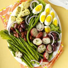 Veggie Nicoise Salad Recipe -More and more people in my workplace are becoming vegetarians. When we cook or eat together, the focus is on fresh produce. Vegetarian Recipes, Cooking Recipes, Healthy Recipes, Cooking Food, Cooking Tips, Manger Healthy, Cooking Green Beans, Nicoise Salad, How To Cook Asparagus