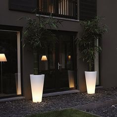 De Verlichte Straight Round High uit de serie Elho Pure is een kunststof bloempot voorzien van verlichting die prachtig zal staan in elke omgeving.