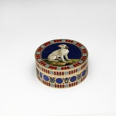 Bonbonnière | Neuber, Johann Christian | Dresden ca 1780. Why not take your bonbons from pricey box with noble doggie on the lid? Victoria and Albert Museum