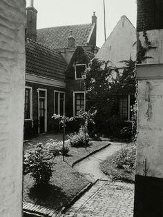 Hofjes: Blok's Hofje aan het Klein Heiligland in Haarlem. [10 juli 1941].