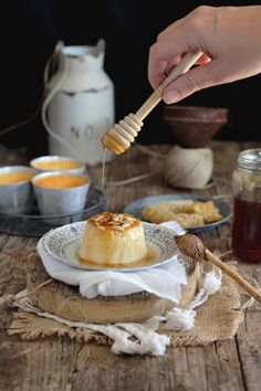 Flan de queso, miel y piñones - Mi Gran Diversión Muffins, Sweet Coffee, Cupcakes, Pan Dulce, Sweet Recipes, Holiday Recipes, Sweet Tooth, Food Photography, Bakery