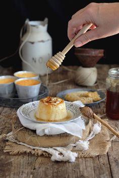 Volvemos a la carga con estos flanes de queso con el toque de miel y piñones con una textura muy suave. INGREDIENTESPara 8 flaneras4 huevos400 ml de leche250 gr de queso mató (requesón, ricotta)100 g