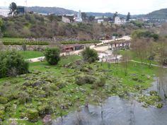 Vista de la Burga de Canedo y de la ribera del río Miño desde el puente.