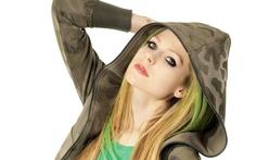 Avril Lavigne - A roqueira Avril pode nos ensinar que dá para mudar de estilo e de gosto sem deixar de ser quem é. É só olhar fotos dela no começo da carreira e comparar com as fotos atuais! Mesmo adicionando peças novas ao seu guarda-roupa e mudando o cabelo várias vezes, Avril não perdeu sua essência rock. Por isso, não tenha medo de mudar!  As maiores lições das divas da música - Você - CAPRICHO