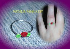 Anillo artesanal de alambre fino de aluminio con terminación en forma de rosa . Handmade wire ring DIY . rose .