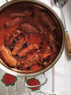 Recette de Ricardo d'involtini de boeuf à la saucisse Beef Casserole, Pot Roast, Italian Recipes, Sausage, Food And Drink, Pork, Meat, Cooking, Ethnic Recipes