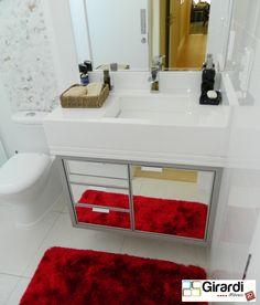 Banheiro em mdf cinza e com frentes em espelho prata e mármore branco. Um luxo!!!!