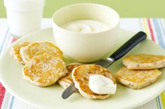Pear, banana and cinnamon pikelets These fruit topped pikelets are gluten-free so that everyone can enjoy them. Kiwi Recipes, Lunch Box Recipes, Sweet Recipes, Baking Recipes, Snack Recipes, Snacks, Lunchbox Ideas, Egg Recipes, Banana Pikelets