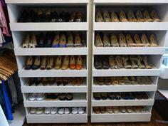 As prateleiras foram desenhadas de acordo com a contagem dos pares de sapatos.