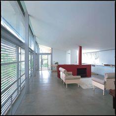 Glenn Murcutt: Simpson Lee House. Bespoke (Jetmaster) Steel Fireplace divides living area.