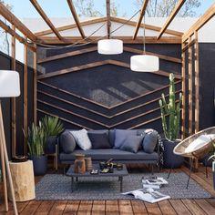 Les beaux jours arrivent ! Pour donner de l'allure à votre extérieur, vous pouvez y créer un véritable salon stylé et confortable ! Pour cela, utilisez les codes de l'intérieur avec canapé, table basse, tapis, coussins, plaid et luminaires variés. Structurez l'espace avec une pergola et des plantes graphiques. Enfin, utilisez du bois chaud au sol et une peinture noire sur les murs pour un style affirmé !  Outdoor Sofa, Outdoor Living, Outdoor Furniture, Outdoor Decor, Living Colors, Cosy Corner, Patio, Living Spaces, Sweet Home