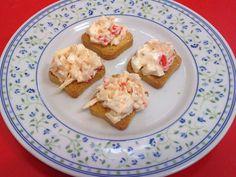 Canapés de surimi es una receta para 2 personas, del tipo Entrantes, de dificultad Muy fácil y lista en 15 minutos. Fíjate cómo cocinar la receta.     ingredientes  - Un huevo cocido  - Una latita de atún en aceite  - Seis palitos de surimi o un sicedáneo de cangrejo  - Dos cucharadas de mahonesa  - Piméntón  - Tostas de pan para canapés Fiesta Party, Canapes, Seafood, French Toast, Food And Drink, Appetizers, Eggs, Yummy Food, Lunch