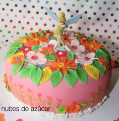 Tarta infantil de fondant multicolor con detalles de flores