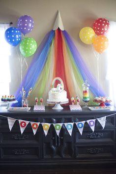 Hoy os traemos un clásico en temática de fiestas: ¡Arcoíris!  Catch My Party  Las fiestas de arcoíris no pueden ser más coloridas. Lo principal es buscar elementos decorativos de varios colores.   No es necesario formar un arcoíris como el de la primera fotografía, simplemente con colocarglobos,guirnaldas,bolas,abanicosopomponesde coloreses suficiente.  Catch My …