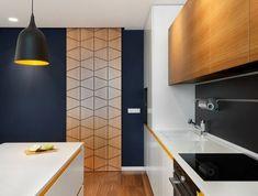 repeindre sa cuisine, cuisine bois clair, luminaire gris foncé en style industriel, meubles en blanc, avec des lignes horizontales décoratives en jaune, revêtement du sol en parquet massif couleur beige foncé