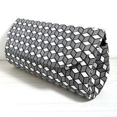 Clutch / Bolsa de mão em cartonagem | ... Coisas de Talita ... | Elo7. Bolsa de mão / Clutch em cartonagem, forrada com tecido 100% algodão e fechamento com botão magnético.      Altura: 12.50 cm     Comprimento: 20.00 cm
