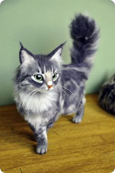 +++ご覧頂ありがとうございます+++ ・・・商品説明・・・ 羊毛フェルトで長毛猫を制作しました。末永く可愛がっていただける方にお譲りできましたら嬉しいです♪床から猫ちゃんの飾り毛の先までが約18.5㎝、胸の一番出ているところからしっぽの付け根までが約17㎝あります。体にワイヤー・おもりを入れました、ピンクがかった茶色の肉球やおひげも付いています。ワイヤーが入っているのでしっぽを動かすことができますが、あまり動かしすぎますと壊れてしまいますのでご注意ください。しっぽ以外ポーズは固定でお願い致します。羊毛の