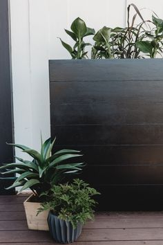 A great tutorial for how to build a large planter box! These DIY outdoor planter ideas are perfect for desks, front porches, patios Large Planter Boxes, Large Planters, Wood Planters, Planter Pots, Planter Ideas, Diy Planters Outdoor, Diy Hanging Planter, Black Planters, Modern Planters