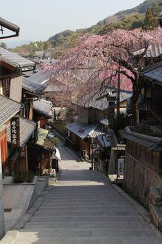 Kyoto, Japan - Sannen-zaka, ancienne rue bordée d'anciennes maisons en bois.