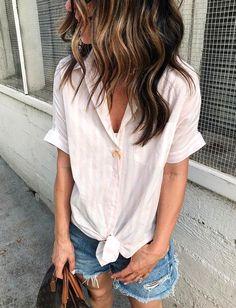 Rien de tel qu'une chemisette à rayures rose pâle pour doper l'allure d'un simple short en jean (Shannon Pulsifer)