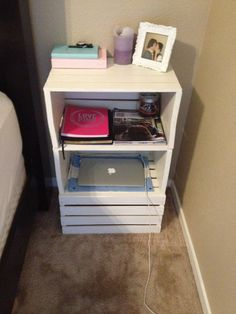 College apartment diy - Creative DIY College Apartment Decor Ideas on A Budget College House, College Apartments, College Bedrooms, College Room, College Girls, College Life, Crate Nightstand, Wooden Crates Bedside Table, Bedside Table Ideas Diy