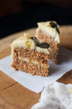 Raw Carrot Cake with Cashew Lemon Cream Vegan Cake vegan cake cincinnati Raw Vegan Desserts, Raw Vegan Recipes, Vegan Dessert Recipes, Vegan Sweets, Healthy Sweets, Raw Vegan Cake, Drink Recipes, Paleo, Raw Carrot Cakes