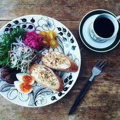 フィンランドの国民的テーブルウェアブランド、Arabia(アラビア)のParatiisi(パラティッシ)を使ったプレートが特徴の中野さんのワンプレート。クリームチーズに刻んだクルミとメイプルシロップをのせたバケットに色鮮やかな野菜たち。ブラックのパラティッシが、食材をより美しく引き立てています♪