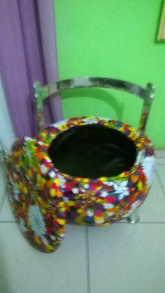 Poltrona bau feito com pneu,encosto em alumínio,pés em alumínio,revestida em corino estampa flores, feito por Puffs da Lane