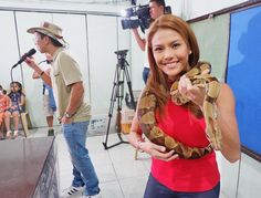 Made a new friend today 🙈🐍 Giving back this Christmas by sharing some love with the kids ❤️ @kuyakim_atienza did an animal show and i was his assistant. What a great experience for the kids & even myself. Like them, I learned so much! Such joy to see the kids smile as they watched & received Christmas gifts 🎄🎅🏻 #IsangPamilyaTayoNgayongPasko