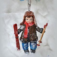 Ватный улыбающийся мальчишка с лыжами. Рост 13 см. #натальяпривалова #newyear #ватнаяигрушка #купитьватнуюелочнуюигрушку #елочнаяигрушка #новыйгод