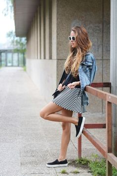 stellawantstodie: Slip On Sneakers + Striped skirt Casual Chic, Casual Look, Skirt Tumblr, Moda Jeans, Fashion Vestidos, Skirt And Sneakers, Mommy Style, Street Style Summer, Rock
