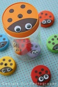 Bottle top ladybugs (turn into math game by varying the # of spots, write numeral on bottom for self-checking) I'd use plastic bottle caps for this. Diy With Kids, Art For Kids, Girl Scout Swap, Girl Scouts, Kids Crafts, Hat Crafts, Plastic Bottle Caps, Ladybug Crafts, Ladybug Party