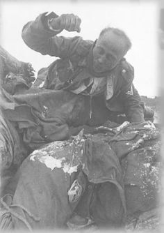 World War 2 photos - The frozen corpses of nazi soldiers from the German Wehrmacht who were killed in the Battle of Stalingrad. Nagasaki, Hiroshima, World History, World War Ii, Chers Parents, Battle Of Stalingrad, War Photography, Fukushima, German Army