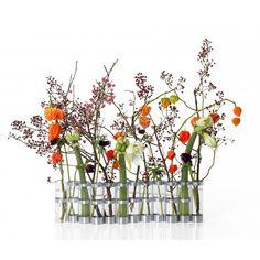Vase d'avril de Tsé Tsé  Quoi de mieux pour fêter le printemps que d'aller cueillir de jolies fleurs d'avril à mettre dans un vase multiple totalement insolite. Les pièces peuvent s'unir ou être indépendantes. Il suffit de tirer l'un des tubes vers le haut pour fragmenter le vase en deux . Vous pouvez ainsi le raccourcir et si vous en possédez plusieurs (encore faut-il se le payer), le rallonger pour un superbe vase en accordéon à poser sur le rebord de la fenêtre ou sur une étagère.