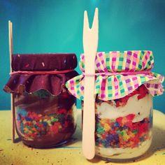 bolo no pote de arco-íris <3 da The Cake is on the Table  rainbow cake in the jar