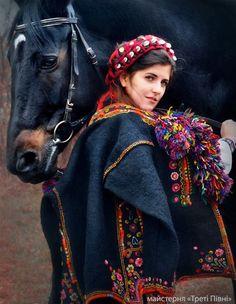 Дівчина в гуцулському вбранні,дівоча зачіска З УПЛІТКАМИ, на плечі накинутий САРДАК. (Ukraine)