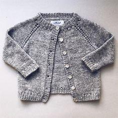 Cardigan med simple detaljer der giver et fint hulmønster v Baby Cardigan Knitting Pattern, Knitted Baby Cardigan, Baby Pullover, Baby Knitting Patterns, Girls Sweaters, Baby Sweaters, Free Baby Blanket Patterns, How To Purl Knit, Knitting For Kids