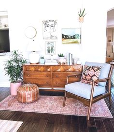 Apartment Decor Comfy Small Apartment Living Room Decorating Ideas On A Budget by James Gelbero Feb 0 Views You can earn small apartment living room appear new without Bohemian Living Rooms, My Living Room, Interior Design Living Room, Living Room Designs, Spare Living Room Ideas, Cozy Living, Living Room Dresser, Living Room Warm Colors, Budget Living Rooms