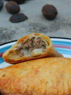 Son las empanadas con terneras y patatas. Muy deliciosas. Están en el Costa Rica. Se puede comer en el restaurante o comprar en el supermercado.