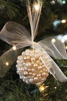 Bola de natal - Diy - Existe algo mais romântico, tradicional e eterno do que pérolas? Decoração com Pérolas - pearls - faça você mesmo - Noel Christmas, Diy Christmas Ornaments, Christmas Projects, Winter Christmas, Holiday Crafts, Christmas Decorations, Holiday Decor, Homemade Christmas, Christmas Ideas