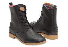 Des bottines en cuir avec lacets pour une femme qui allie mode et confort.